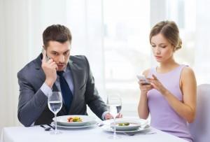 Incomodado, não-compartilhamento, não-atenção, feliz relacionamento